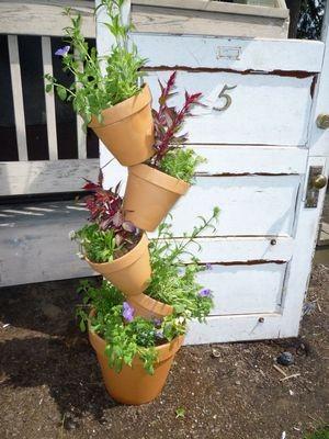 Tipsy pots: оригинальная идея для украшения сада